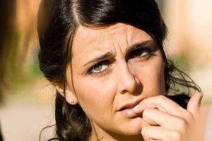 ¿Qué causa las venas azules en los senos y el pecho?